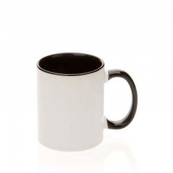 Mug keramik dalam menangani hitam