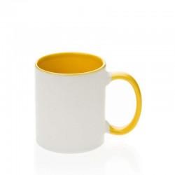 Mug keramik dalam menangani kuning